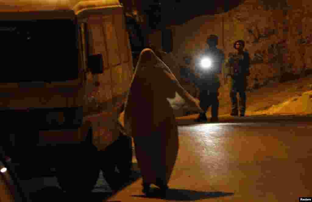 Жінка сперечається з військовими.