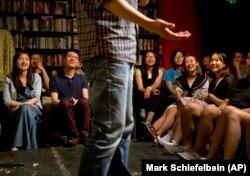在北京一家书店表演的西方式脱口秀吸引了年轻观众(资料图,2015年5月24日)