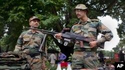 Binh sĩ Ấn Độ trưng ra các võ khí, đạn dược tịch thu được tại bản doanh quân đội ở Srinagar, Ấn Độ 16/8/13. Thủ tướng Ấn nói để cải thiện quan hệ điều thiết yếu là Pakistan phải ngăn chận các thành phần sử dụng lãnh thổ để hoạt động chống Ấn Độ