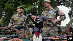 بھارتی حکام کا کہنا ہے کہ فوجی آئٹمز کی درآمد پر پابندی مقامی مصنوعات کو سہارا دینے کے لیے عائد کی گئی ہے۔ (فائل فوٹو)