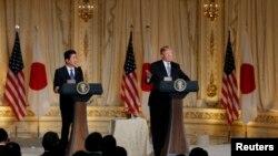 El presidente Donald Trump (der.) en conferencia de prensa con el primer ministro de Japón Shinzo Abe en Mar-a-Lago la mansión de Trump en Palm Beach, Florida. Abril 18, 2018.