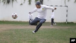 Rana Al Khateeb, seorang anggota tim sepakbola Arab Saudi (23 tahun) berlatih di sebuah lokasi yang dirahasiakan di Riyadh, Saudi Arabia, 21 Mei 2012 (Foto: dok).