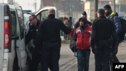 Polisi Perancis menahan beberapa migran di kota Calais (foto: dok).