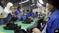 印尼工人在为耐克公司制造运动鞋(资料照片)
