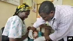 Mtoto akipata chanjo ya majaribio ya malaria katika mji wa Kilifi nchini Kenya.