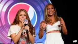 Jennifer Lopez và Shakira, hai ngôi sao nhạc pop sẽ trình diễn chính trong chương trình giải lao giữa trận Super Bowl 54, tại cuộc họp báo hôm 30/1/2020 ở Miami (ảnh AP).