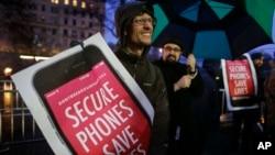 Para pendukung privasi internet melakukan unjuk rasa di toko Apple di Manhattan, New York untuk mendukung Apple dalam kasus dengan FBI mengenai enkripsi iPhone (foto: dok).