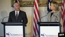 Bộ trưởng Quốc phòng Gates (trái) nói Hoa Kỳ vẫn tin tưởng rằng một đường lối chính trị và kinh tế sẽ thuyết phục Iran chấm dứt chương trình vũ khí hạt nhân
