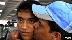 Abdur Rahman Lablu (kanan) salah seorang pekerja yang diculik selama 7 bulan di Afghanistan, mencium puteranya begitu sampai di ibukota Bangladesh, Dhaka (7/8).