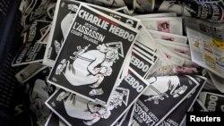 Un exemplaire de l'hebdomadaire satirique Charlie Hebdo, le 4 janvier 20116, un an après le meurtre de six journalistes par des terroristes.