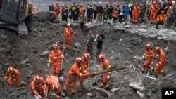 Các nhân viên cứu hộ đang tìm kiếm nạn nhân của vụ lở đất ở làng Xinmo, Trung Quốc, ngày 25/6/2017.