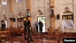 حکام دھماکوں سے تباہ ہونے والے ایک گرجا گھر کا جائزہ لے رہے ہیں۔