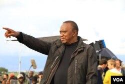 Kenyan President Uhuru Kenyatta watches Kenya's ivory burn in Nairobi National Park, April 30, 2016. (J. Craig/VOA)
