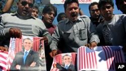 Para aktivis forum budaya Sanskriti Bachao Manch di Bhopal, India, membakar poster Presiden AS Barack Obama dan bendera AS dalam demonstrasi yang memprotes dugaan perlakuan tak baik atas diplomat India di New York, Devyani Khobragade. (AP/Rajeev Gupta)