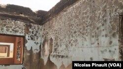 Mur brûlé d'une salle de classe détruite après les attaques de 2015, paroisse Saint Gabriel de Garbado, Niamey, 4 mars 2016 (VOA/Nicolas Pinault)