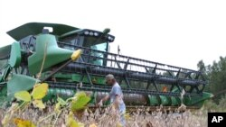 A farmer checks his combine as he gets ready to harvest his soybean crop at his farm in South Carolina 2016. (File Photo)
