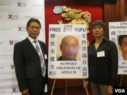 朱乔夫( 左)和朱小砚希望美国能向即将访美的习近平提出释放朱虞夫(美国之音容易拍摄)