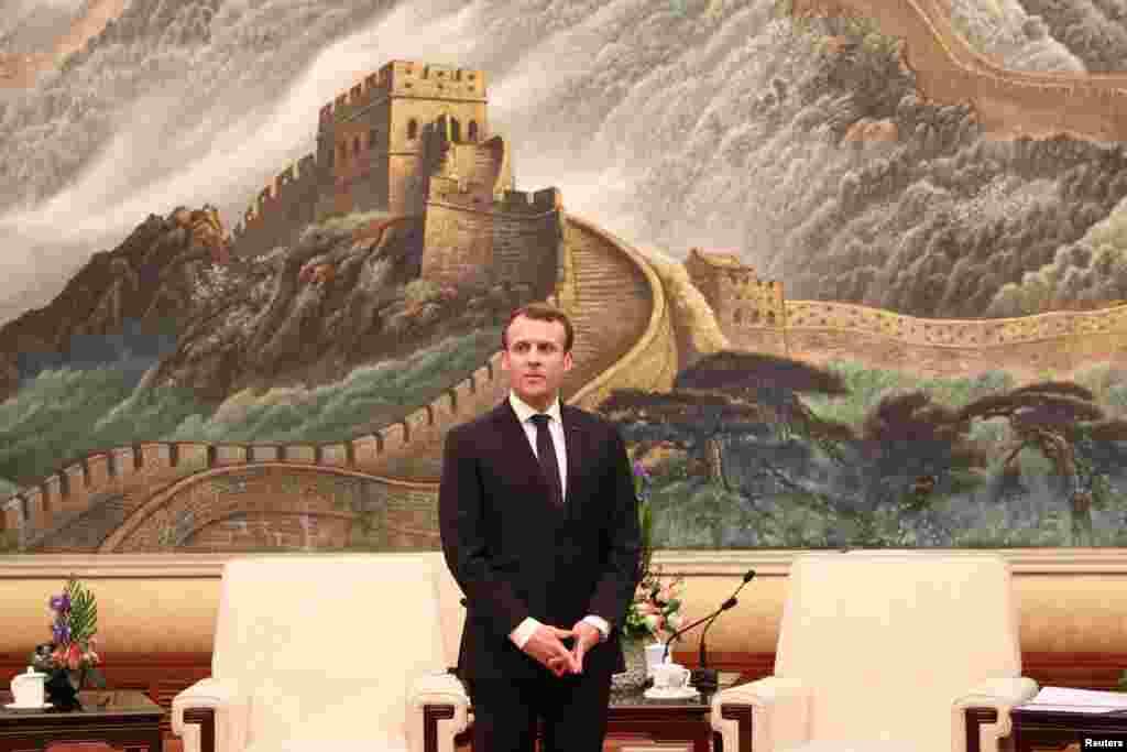 2018年1月9日,法国总统马克龙在北京人民大会堂。他身后是长城图画,他和美国总统川普一样没去长城,没像美国第一夫人那样登临长城,获得好汉证书。