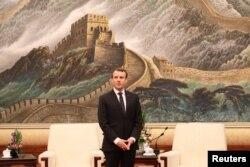 2018年1月9日,法国总统马克龙在北京人民大会堂。他身后是长城图画