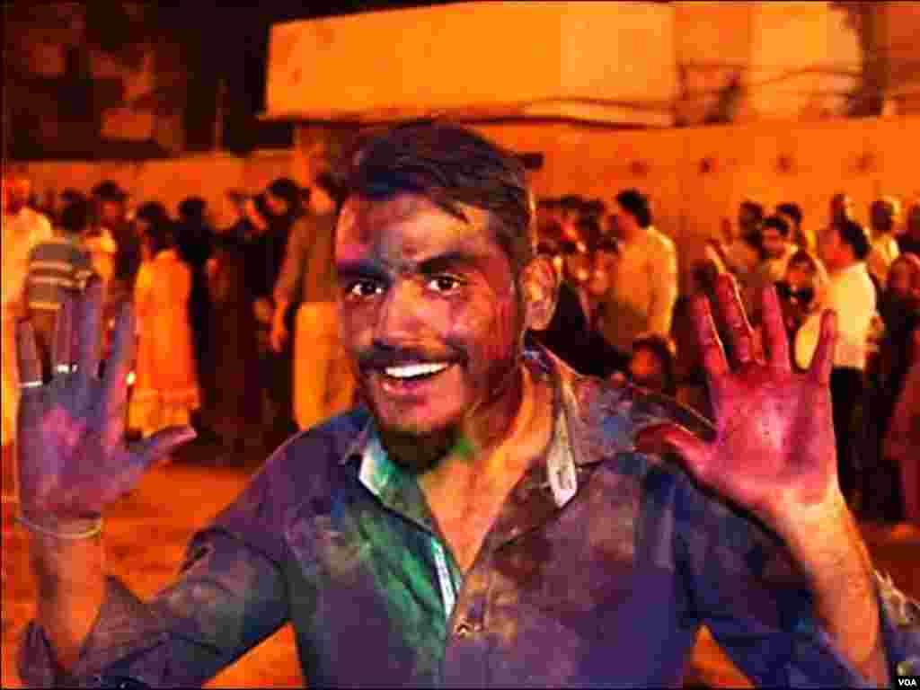 کراچی: ہولی کے رنگوں کےساتھ نوجوان کا ایک انداز