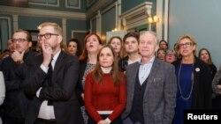 아이슬란드 중도 우파 연립정부를 이끈 독립당 관계자들이 28일 조기총선 개표 초반 결과를 지켜보고 있다.