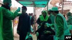 افغانستان سے پاکستان آنے والوں کی بحالی سے پشاور کے کاروباری حلقے بہت خوش دکھائی دیتے ہیں۔ (فائل فوٹو)