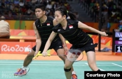 Atlet bulutangkis Indonesia Praveen Jordan dan Debby Susanto dalam sebuah pertandingan Olimpiade 2016 di Rio de Janeiro. (Yves Lacroix/Badminton Photo)