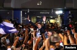 신민주당 키리아코스 미초타키스 대표가 7일 국회의원 총선거에서 승리한 후 그리스 아테네에서 지지자들을 향해 손을 들어보이고 있다.