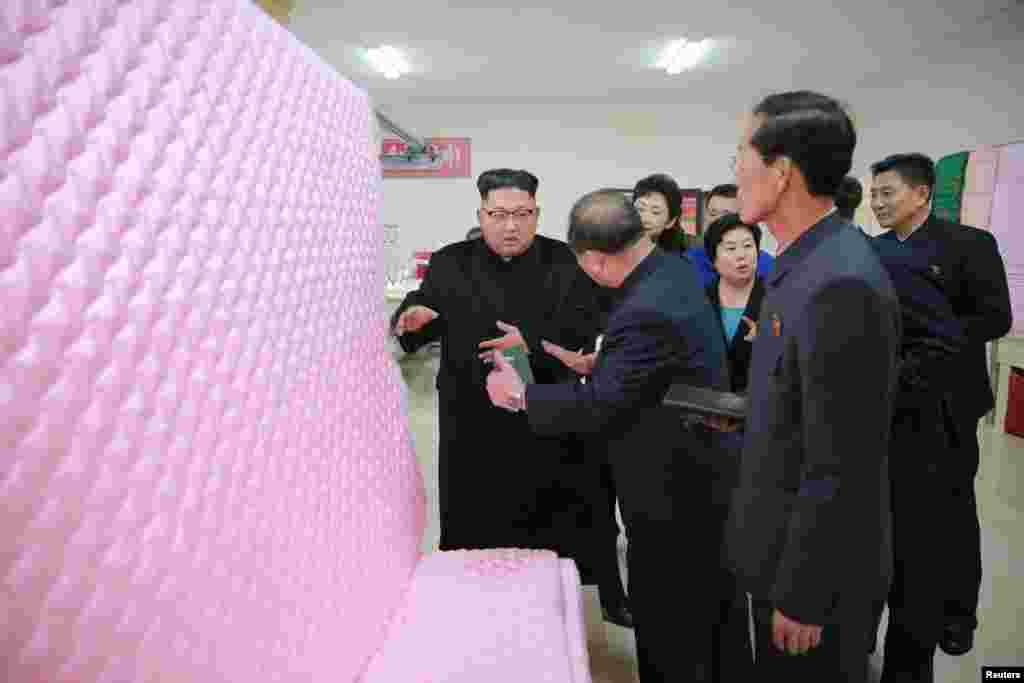 북한 김정은 국무위원장이 김정숙평양제사공장을 방문해 이불새안공정과 새로 건설된 노동장합숙소를 둘러봤다고, 9일 조선중앙통신이 전했다.