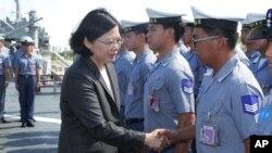 차이잉원 타이완 총통이 13일 남중국해 분쟁 해역으로 출항을 앞둔 호위함을 방문하고, 승조원들을 격려했다.