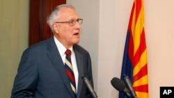 جان کیل، ۷۶ ساله، پیشتر نماینده ایالت آریزونا از حزب جمهوریخواه در مجلس سنا بود و سال ۲۰۱۲ بازنشسته شد.