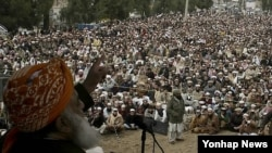 파키스탄 만세라에서 신성 모독법 개정 반대 집회를 개최하는 종교 정당인 자미아트 울레마-에-이슬라미(JUEI)의 지도자와 성직자들