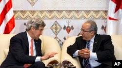 Menlu AS John Kerry (kiri) dan Pemlu Aljazair Ramtane Lamamra setibanya di negara itu, Rabu (2/4).