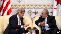 ABD Dışişleri Bakanı John Kerry Cezayir Dışişleri Bakanı Ramtane Lamamra ile görüşürken