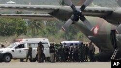 Jenazah para korban kecelakaan helikopter TNI-AD di Poso, diangkut dengan pesawat dari Palu, Sulawesi Tengah, untuk diterbangkan ke Jakarta, Senin (21/3).