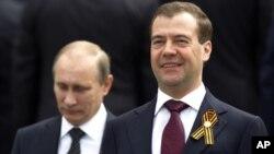 سمت راست - دیمیتری میدویدیف رئیس جمهور روسیه