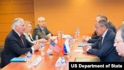 Le secrétaire d'Etat américain Rex Tillerson, à droite, discute avec le ministre russe des affaires étrangères Sergey Lavrov, à Manille, Philippines, 6 août 2017.