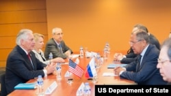 Menlu AS, Rex Tillerson, bertemu dengan Menlu Rusia, Sergey Lavrov, di Manila, Filipina, 6 Agustus 2017 (Deplu AS/Public Domain)
