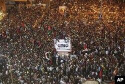 Manifestation de joie à Benghazi, à la nouvelle de la chute de Tripoli
