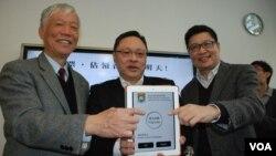 香港和平佔中運動三位發起人(左起)朱耀明、戴耀廷及陳健民,公佈元旦「民間全民投票」詳情 (美國之音湯惠芸拍攝)