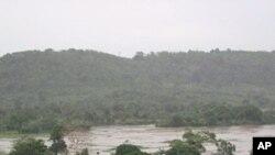 Pontes submersas e circulação cortada pelos rios na Huíla