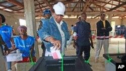Ellen Johnson Sirleaf dépose son bulletin de vote à Feefee, dans le comté de Bomi, le 11 octobre 2011