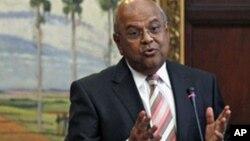 """Le ministre sud-africain des Finances, Pravin Gordhan, parle lors d""""une conférence de presse, le 9 juillet 2012."""