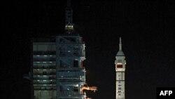 Tên lửa Long March CZ-2F mang theo tàu vũ trụ không người lái Thần Châu 8 được phóng đi từ Trung Tâm Vệ tinh Jiuquan ở tây bác tỉnh Cam Túc, Trung Quốc, ngày 1/11/2011