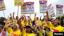 Para pendukung putri mantan presiden Soeharto, Siti Hediati Suharto, dalam kampanye Golkar di Sleman, Jawa Tengah (29/3). (Reuters/Dwi Oblo)