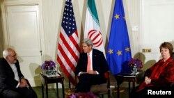 美国国务卿克里、欧盟外交主管阿什顿和伊朗外长扎里夫在纽约华尔道夫酒店举行三边会谈。(2014年9月25日)