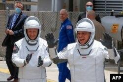 អវកាសយានិករបស់អង្គការ NASA គឺលោក Douglas Hurley និងលោក Robert Behnken ឡើងជិះរ៉ុក្កែត SpaceX Falcon 9 ក្នុងអំឡុងពេលបេសកកម្មអវកាស SpaceX Demo-2 របស់អង្គការ NASA ទៅកាន់ស្ថានីយ៍អវកាសអន្តរជាតិពីមជ្ឈមណ្ឌលអវកាស Kennedy ក្នុងទីក្រុង Cape Canaveral រដ្ឋ Florida នៅថ្ងៃសៅរ៍ទី ៣០ ខែឧសភាឆ្នាំ ២០២០។ (AFP)