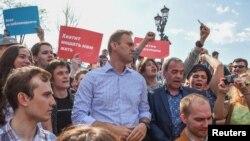 الکسی ناوالنی در میان تظاهرات کنندگان، پیش از بازداشت