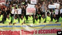 Des partisans de groupes religieux pakistanais manifestant contre le président américain Donald Trump à Lahore au Pakistan, 2 janvier 2018.