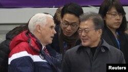마이크 펜스 미국 부통령과 문재인 한국 대통령이 10일 강릉빙상장에서 평창동계올림픽 쇼트트랙 경기를 관람하며 대화를 나누고 있다.